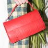 pochette-rossa-indossata